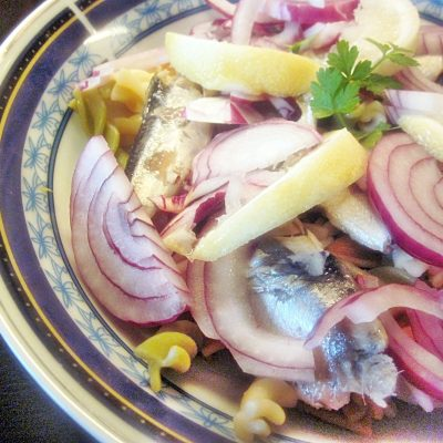 Salată de paste cu hering în ulei
