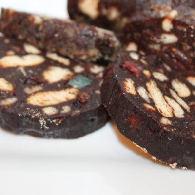 Salam de biscuiti cu cacao, nuca, rahat si stafide