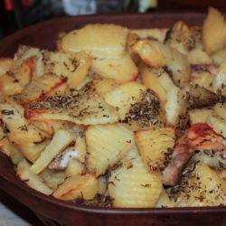 Cartofi cu rozmarin și pulpe de pui dezosate, gătite în vasul roman
