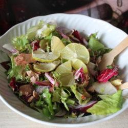 Mixt de frunze (endivia, frisee si radicchio) cu ton și ceapă roșie