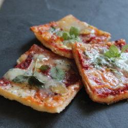 Flatbread cu brânzeturi și roșii