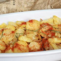 Cartofi cu ceapă, usturoi și boia de ardei dulce