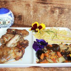 Aripioare de pui cu legume wok și tăiței chinezești