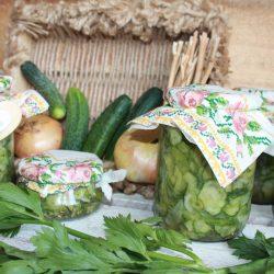 Salată de castraveți cu ceapă în saramură