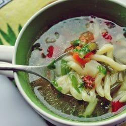 Supa deasă din curcan cu legume și gârtene