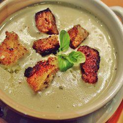 Supa cremă din broccoli, conopidă și cartofi mov